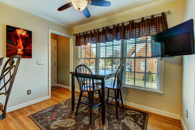 404-cobblestone-ct-burlington-small-006-5-breakfast-area-666×444-72dpi