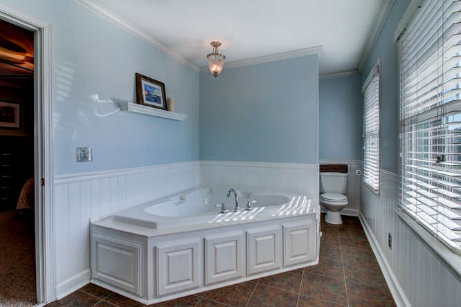 404-cobblestone-ct-burlington-small-015-16-master-bathroom-666×444-72dpi