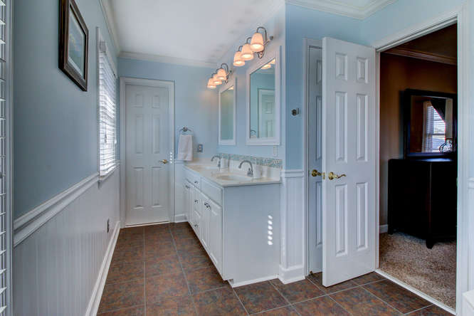 404-cobblestone-ct-burlington-small-016-18-master-bathroom-666×444-72dpi