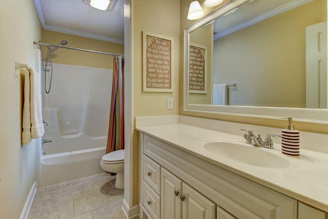 404-cobblestone-ct-burlington-small-018-7-bathroom-666×445-72dpi